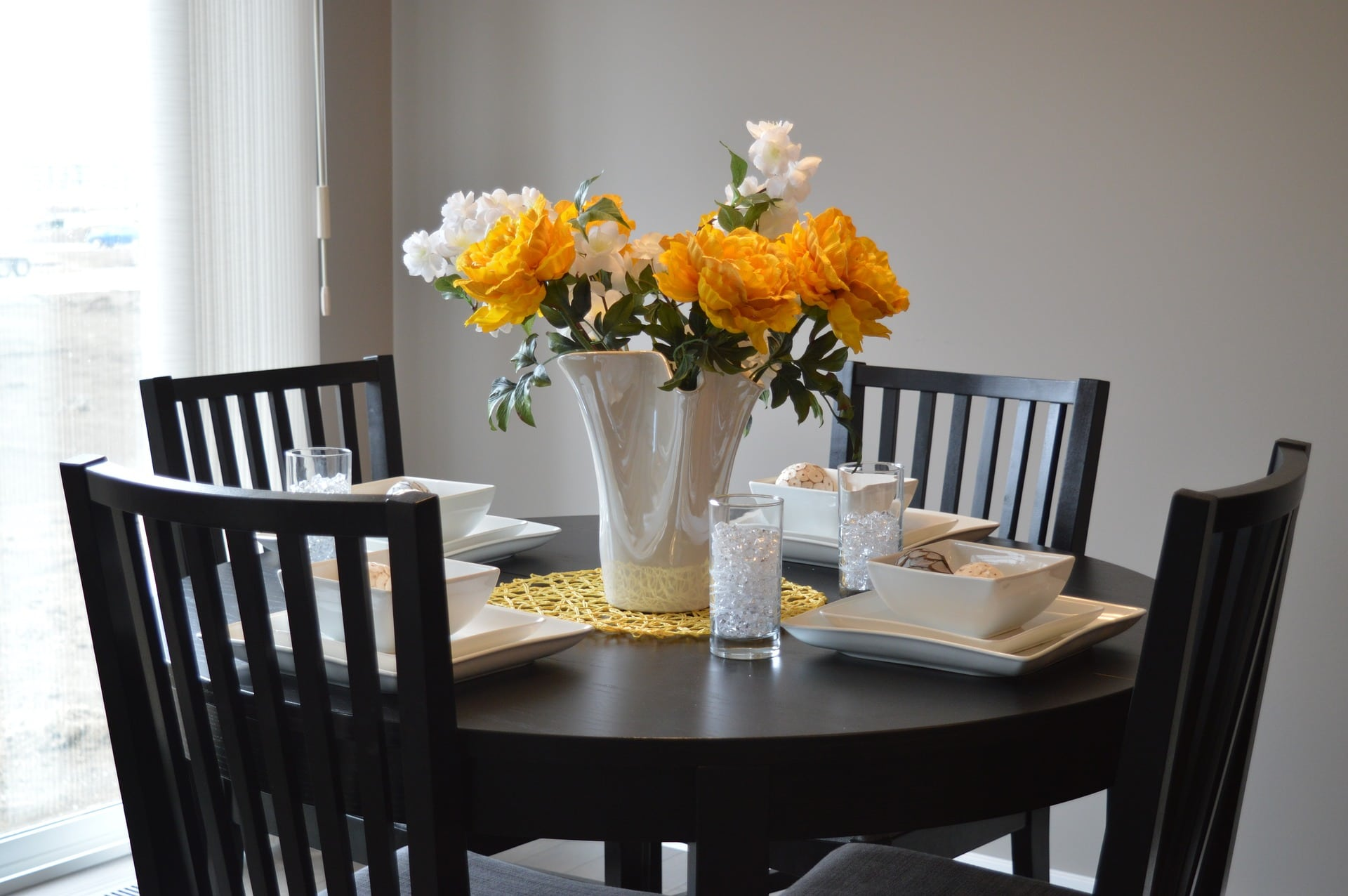 ound Table Tips to Style a Small Dining Space